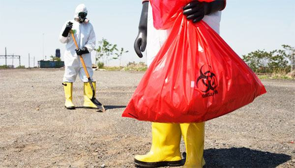 retirada de residuos biopeligrosos con EPIs
